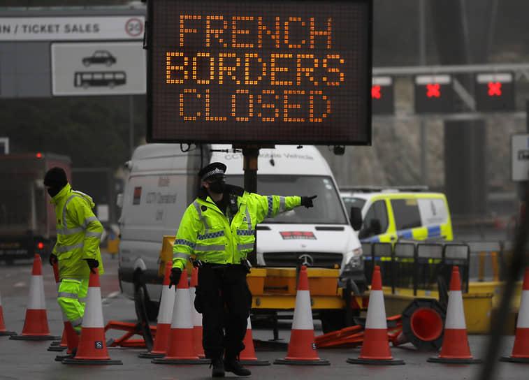 Дувр, Великобритания. Сотрудник полиции у портового терминала, закрытого из-за приостановки транспортного сообщения с Францией