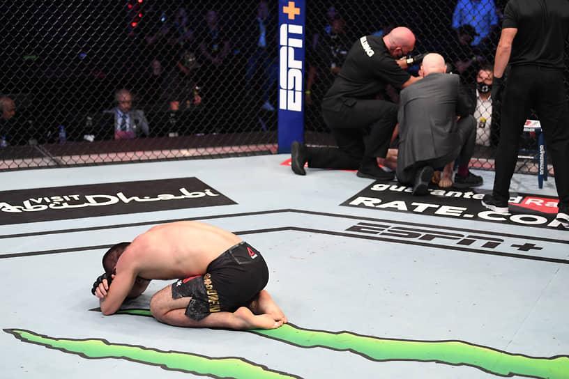 24 октября россиянин Хабиб Нурмагомедов победил американца Джастина Гейджи в поединке UFC, в третий раз защитив титул чемпиона в легком весе. После окончания поединка Нурмагомедов заявил о завершении карьеры <br>Заметность: 5 251