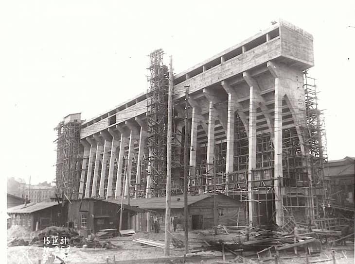 Количество электростанций с 75 в 1917 году выросло до 858 в 1927-м. Если в 1917 году электростанции обслуживали более 500 сельскохозяйственных поселений, к 1927 году их стало более 89 тыс.<br> На фото: строительство новой очереди Центральной ТЭЦ Санкт-Петербурга, 1931 год