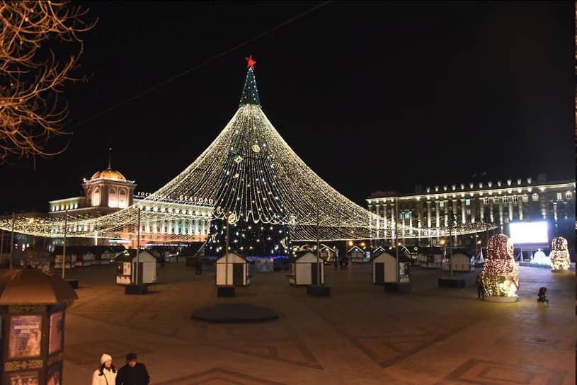 <b>Белгород, 5,9 млн руб.<br></b> Высота главной елки на Соборной площади Белгорода — 35 м. Ее украсили двумя сотнями шаров. Елку и торговые павильоны накрывает световой шатер диаметром 76 м. Елку в 2016 году городу подарила «ГК Агро-Белогорье», стоимость вместе с украшениями тогда составляла 5,9 млн руб.