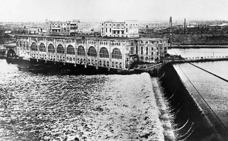 План ГОЭЛРО, в основном, был перевыполнен уже к 1931 году. Вместо запроектированных 1,75 млн кВт новых мощностей ввели в эксплуатацию 2,56 млн кВт<br> На фото: строительство Волховская ГЭС на реке Волхов в Ленинградской области