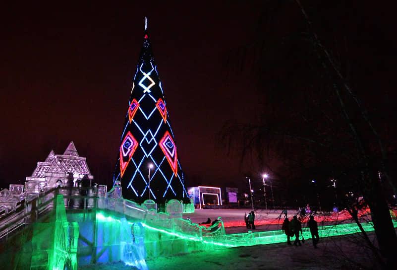 <b>Красноярск, 15,98 млн руб.<br></b> В Красноярске главная городская елка установлена на острове Татышев. За почти 16 млн руб. произведен монтаж 55-метровой семиярусной металлоконструкции, установлена звезда с подсветкой и 20 тыс. искусственных елочных веток на каркас