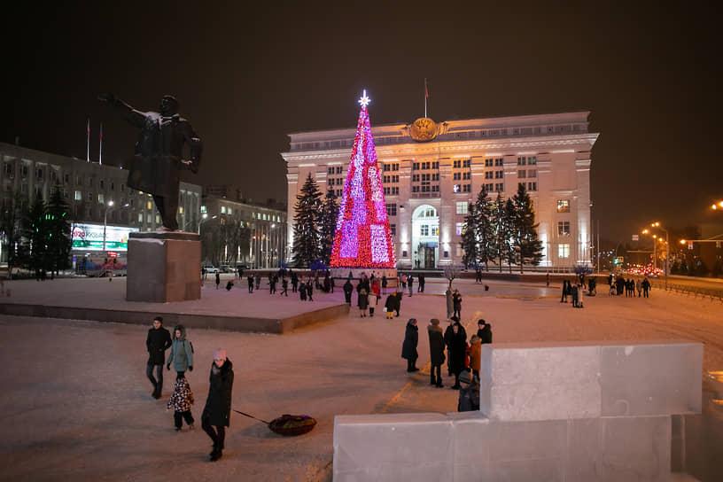 <b>Кемерово, 18 млн руб.<br></b> Новогоднюю искусственную ель в Кемерово установили на площади Советов. Ее купили в прошлом году за 18 млн руб. Высота металлической конструкции – 25 м
