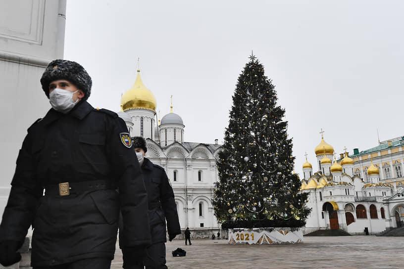 <b>Москва, 7,9 млн руб.<br></b> На украшение новогодней елки на Соборной площади Кремля ушло около 1100 игрушек и 2400 метров гирлянд. Управделами президента потратило на елку 7,9 млн руб. Ее срубили 9 декабря в Наро-Фоминском лесничестве. Высота елки составляет 25 м, диаметр ствола — 60 см, возраст — 96 лет. В этом году оформление выполнено по мотивам сказки «Морозко», а цветовое решение повторяет купола Соборной площади — это белые, золотые и серебряные игрушки