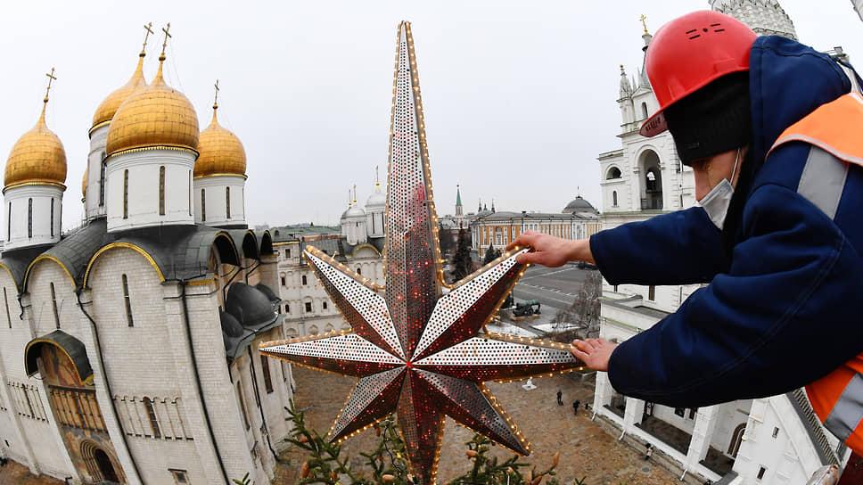 Москва, Россия. Украшение новогодней ели на Соборной площади в Кремле
