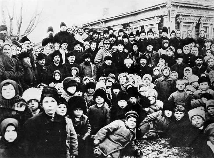 4 мая 1922 года была проложена первая в России высоковольтная линия электропередачи. ЛЭП напряжением 110 кВ протяженностью около 120 км соединила Каширскую электростанцию с Москвой. ЛЭП проложили вдоль обочины Каширского шоссе <br> На фото: Владимир Ленин и Надежда Крупская с группой крестьян на празднике, посвященном открытию Каширской электростанции