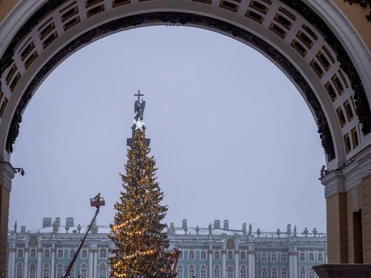 <b>Санкт-Петербург, 13 млн руб.<br></b> Главная ель Санкт-Петербурга установлена на Дворцовой площади. Впервые за семь лет установили живое дерево. Весит оно 12 тонн, имеет высоту 25 м, а возраст — около 100 лет. Согласно сайту госзакупок, установка и украшения обошлись бюджету в 13 млн руб. При этом некоторые горожане остались недовольны сооружением, так как, по их мнению, ель выглядит облезлой. В Смольном сказали, что это особенности транспортировки и вскоре ель распушится. Через некоторое время у дерева прошел одиночный пикет, — девушка встала с плакатом: «Не распушится»