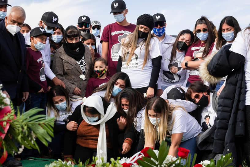 Нью-Мексико, США. Родные на похоронах человека, умершего от коронавируса