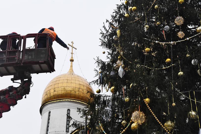 Москва, Россия. Украшение новогодней ели на Соборной площади Кремля