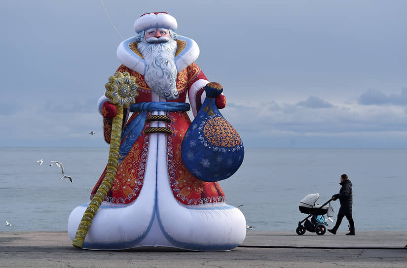Ялта, Россия. Фигура Деда Мороза на набережной города в Крыму