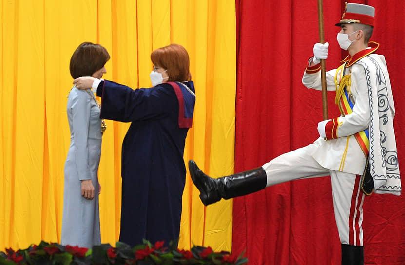 Кишинев, Молдавия. Церемония инаугурация президента республики Майи Санду (слева)