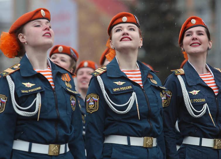 В системе МЧС предусмотрено три вида государственной службы: государственная гражданская служба, военная служба, федеральная противопожарная служба<br> На фото: военнослужащие МЧС России