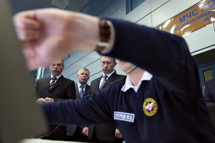 В 2008 году президент Владимир Путин (в центре) открыл новый Национальный центр управления в кризисных ситуациях МЧС