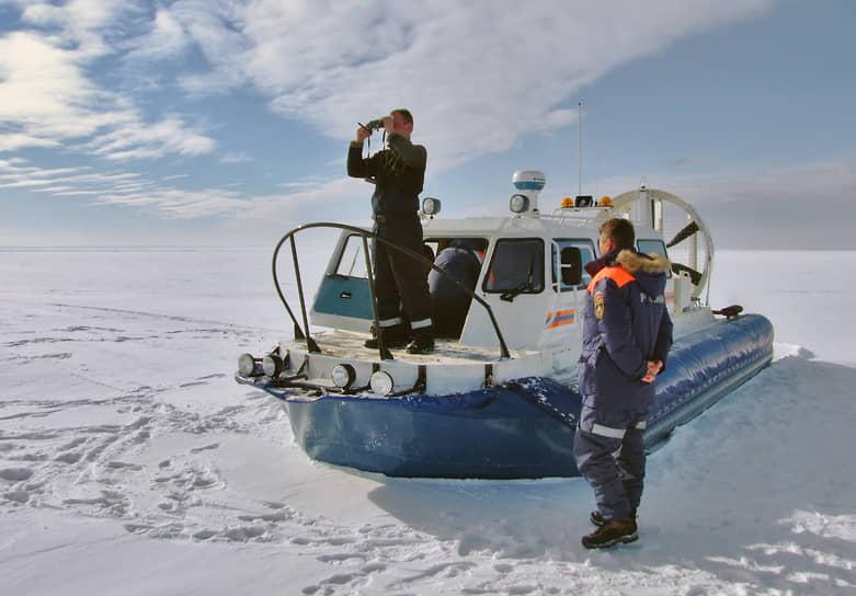 Сотрудники МЧС с помощью судна на воздушной подушке проводят мониторинг ледового покрова Финского залива, чтобы предупреждать рыбаков-любителей об опасности