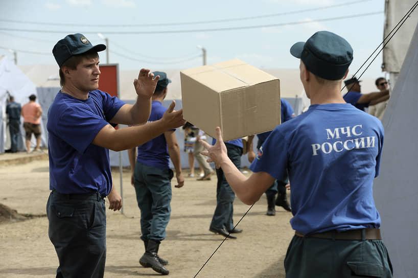 Сотрудники МЧС занимаются доставкой гуманитарной помощи беженцам в разных странах мира