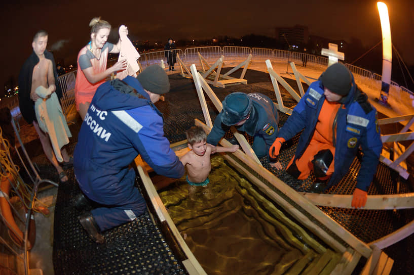 Спасатели МЧС дежурят у водоемов во время Крещенских купаний