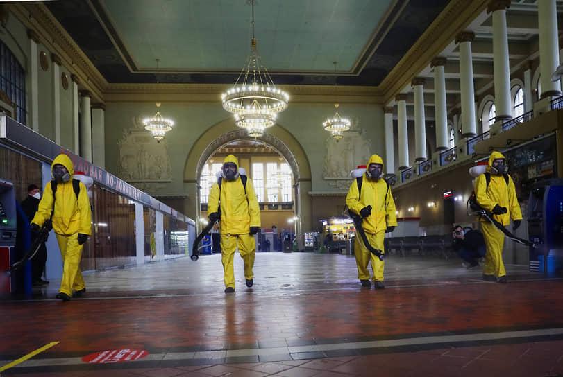 В 2020 году сотрудников МЧС стали привлекать для борьбы с коронавирусом<br> На фото: специалисты Центра спасательных операций особого риска (ЦСООР) «Лидер» МЧС России во время дезинфекции Киевского вокзала