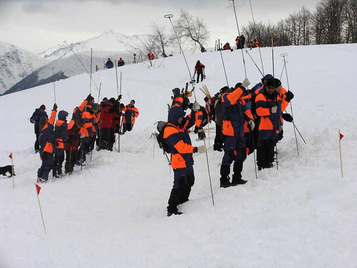 Поисково-спасательная группа на месте схода снежной лавины в районе Красной Поляны
