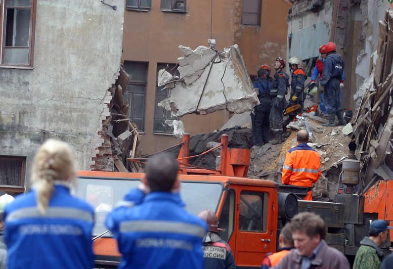 Разбор спасателями МЧС завалов в Выборге на месте обрушения четырехэтажного дома