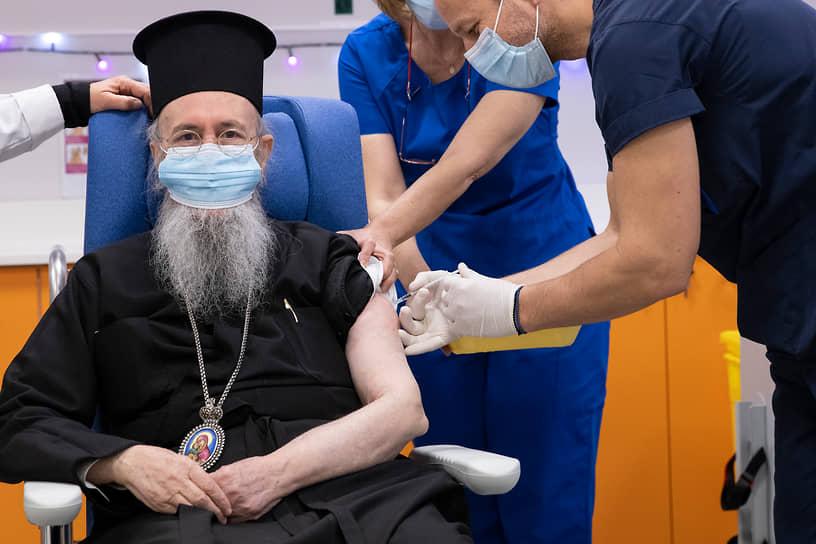 Афины, Греция. Митрополиту Навпакта и Святого Власия Иерофею делают прививку