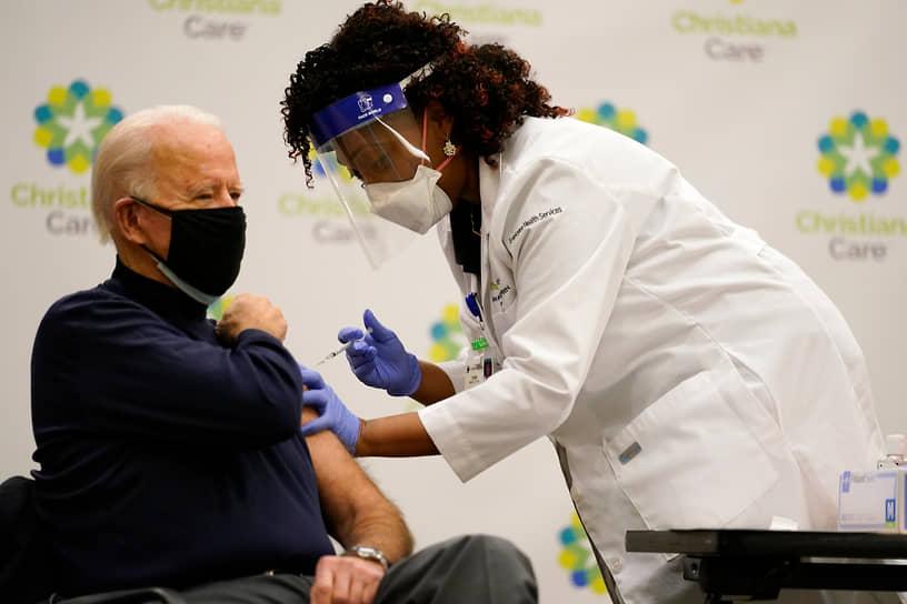 Ньюарк, США. Избранный президент страны Джо Байден получает дозу вакцины