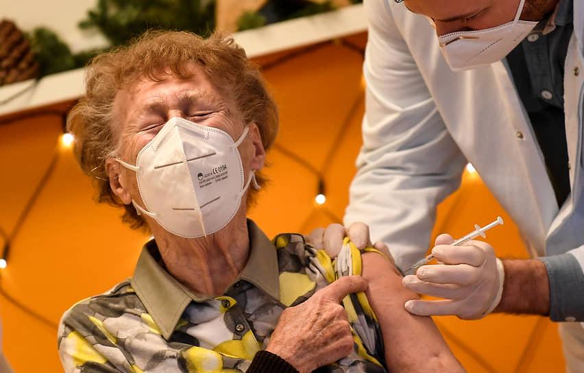 Кельн, Германия. Вакцинация от коронавируса в доме престарелых