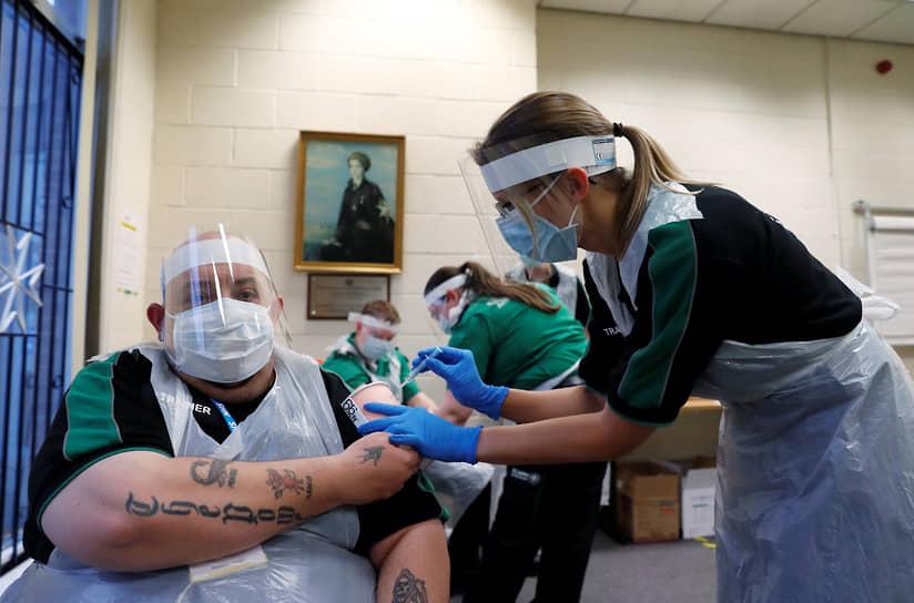 Дерби, Великобритания. Волонтеров «Скорой помощи Святого Иоанна» учат делать уколы