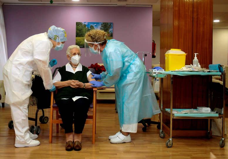 Гвадалахара, Испания. 96-летняя женщина стала первой получившей дозу вакцины в стране