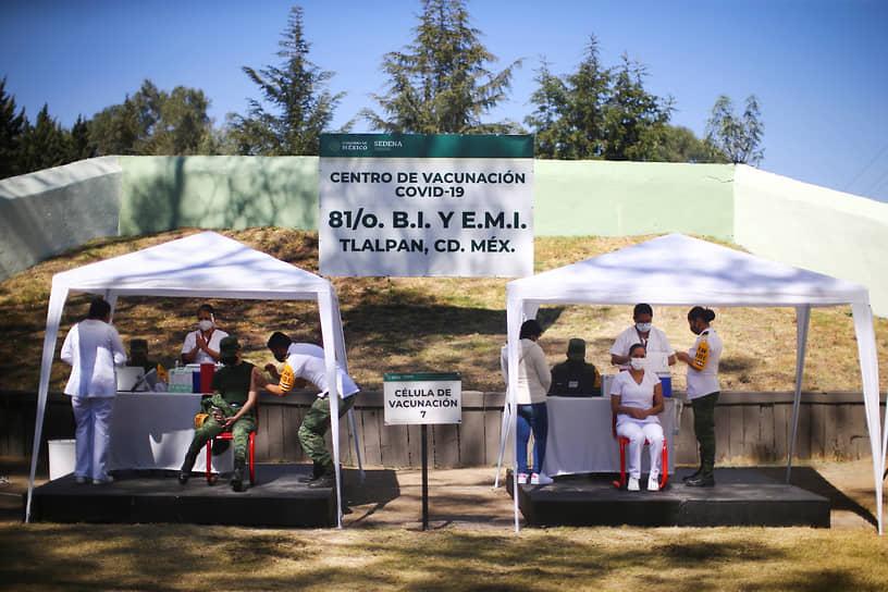 Мехико, Мексика. Вакцинирование медработников на открытом воздухе