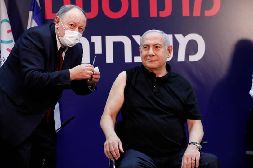 Рамат-Ган, Израиль. Премьер-министр Биньямин Нетаньяху готовится сделать прививку