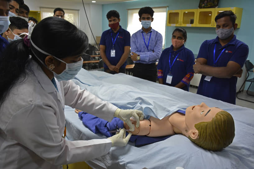 Хайдарабад, Индия. Обучение студентов вакцинации