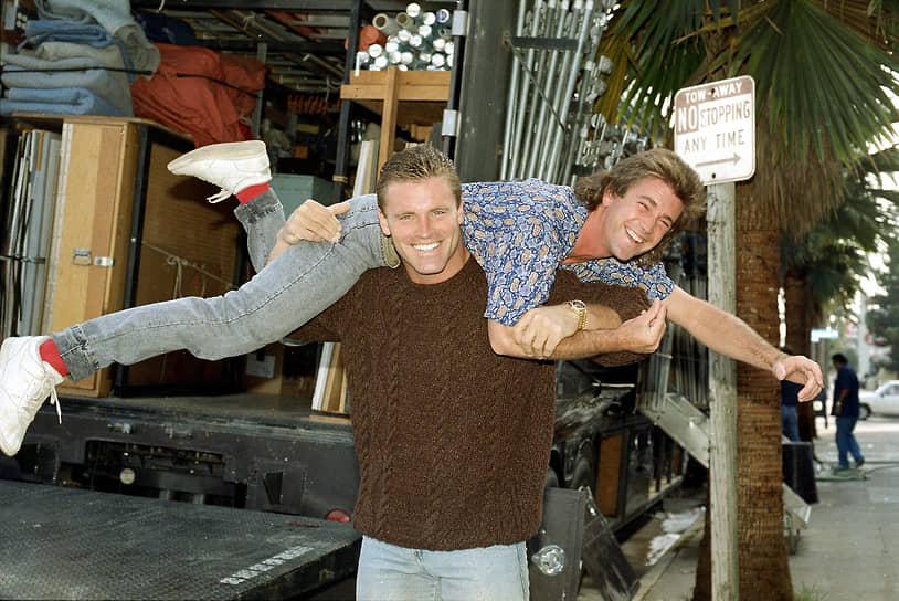 «Голливуд — это завод. Тебе следовало бы понимать, что ты работаешь на заводе и что ты — это всего лишь часть механизма. Если провалишься — тебе найдут замену»<br> После второй и третьей частей «Безумного Макса», снятых в 1981 и 1985 году, следующим хитом с Мелом Гибсоном в главной роли стал боевик «Смертельное оружие» (1987, на фото — кадр со съемочной площадки)