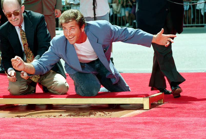В 1990-х также имели успех фильмы с Мелом Гибсоном в главных ролях: «Гамлет», «Мэверик», «Выкуп», «Расплата» и другие