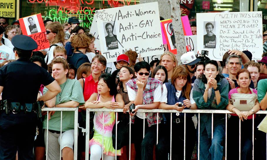 «У каждого найдутся в запасе какие-то предрассудки»<br> Мел Гибсон не раз оказывался в эпицентре скандалов, связанных с обвинениями в гомофобных и антисемитских высказываниях<br> На фото: протестующие из-за поведения Мела Гибсона во время церемонии, где актер оставил отпечаток своей руки на почетной аллее в Голливуде