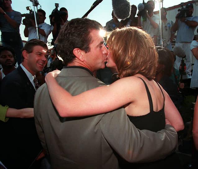 «Я люблю женщин, потому что женщина — это лучшее, что замыслил Господь. А если женщины хотят быть такими же, как мужчины, то есть опуститься на ступень ниже, что ж, пусть будет так»<br> В 2001 году Мел Гибсон получил номинацию на «Золотой глобус» за роль в фильме «Чего хотят женщины», ставшем хитом кинопроката<br> На фото: с актрисой Джулией Робертс