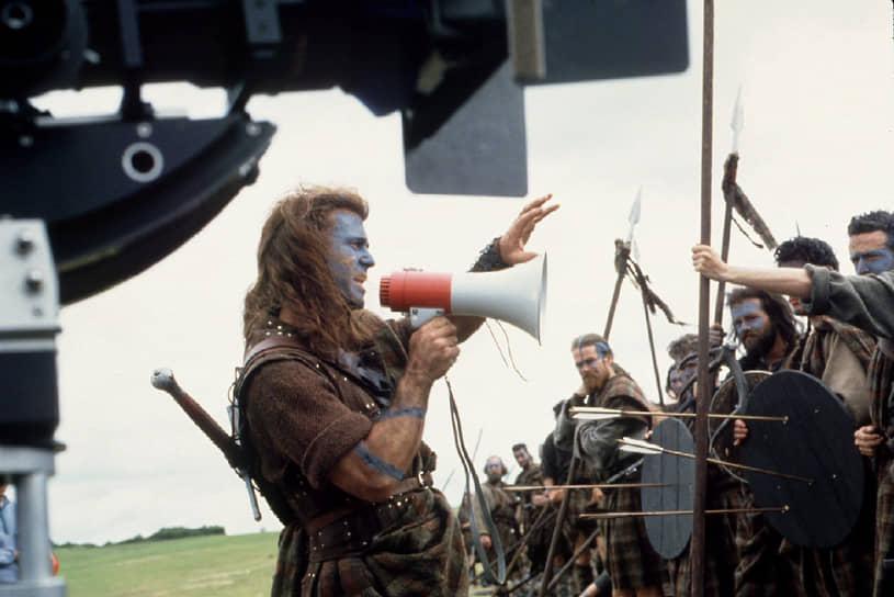 «Я впервые задумался о том, чтобы стать режиссером, в 16 лет. Я хотел снять кино о викингах на старонорвежском, который тогда изучал. Глупая идея, да? Но именно поэтому я стал режиссером»<br> В 1995 году на экраны вышла вторая режиссерская работа Мела Гибсона — историческая драма «Храброе сердце» (на фото — кадр со съемок), где он также сыграл главную роль
