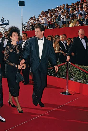 В начале 1990-х Мел Гибсон организовал собственную кинокомпанию Icon Productions, для которой снял свой первый фильм — драму «Человек без лица». Гибсон также сыграл в нем главную роль<br> На фото: Мел Гибсон со своей женой Робин Мур посещает церемонию вручения «Оскаров» 1988 года