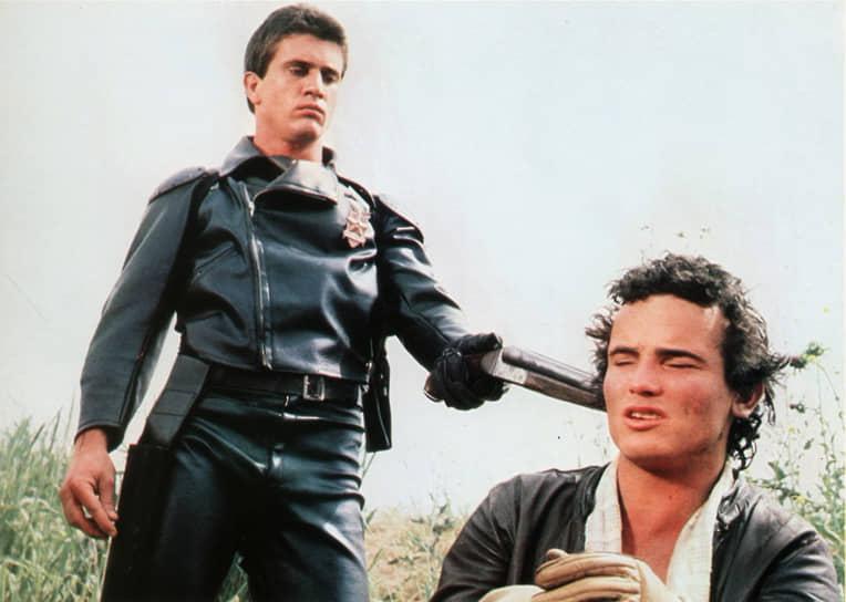Мел Гибсон родился 3 января 1956 года в городе Пикскилле, штат Нью-Йорк, США. Он был шестым из одиннадцати детей в католической семье выходцев из Ирландии. Получил актерское образование в Австралии, там же пробовал себя в театре. Впервые появился на киноэкране еще студентом в 1977 году в драме «Жаркое лето». Известность Гибсону принес уже второй фильм с его участием — фантастический триллер «Безумный Макс» (1979, кадр на фото)