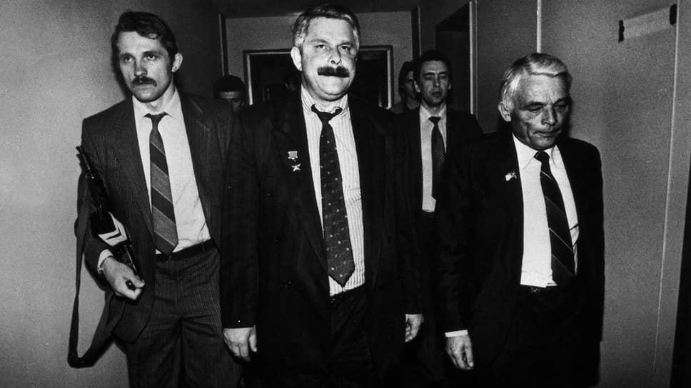 Политик Александр Руцкой (в центре)