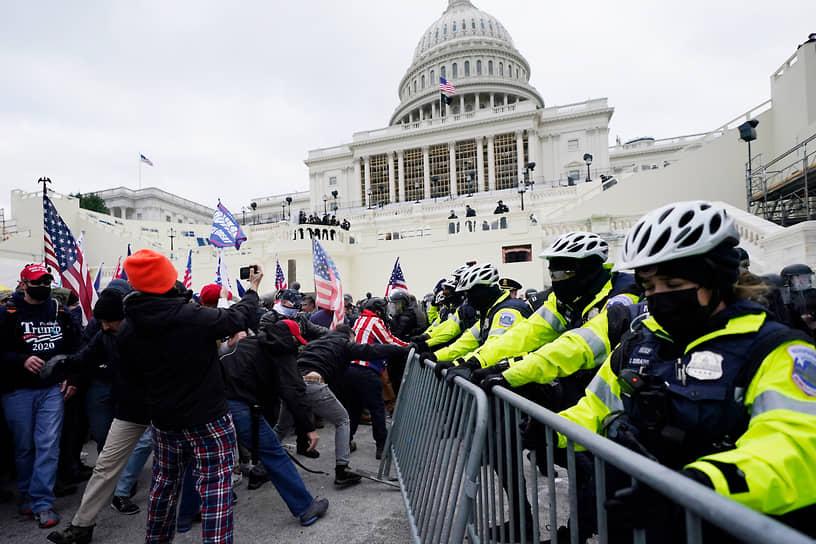 Сторонникам Дональда Трампа удалось прорвать оцепление и попасть в здание