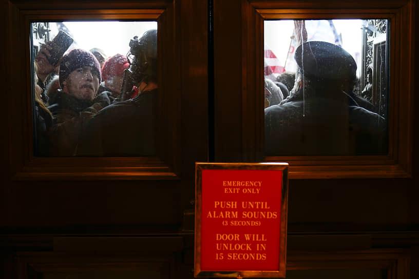 Полиция пытается сдержать протестующих у дверей Капитолия