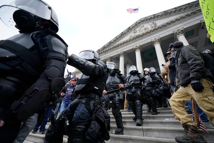 К 18 часам по местному времени зал сената в здании Капитолия был очищен от протестующих