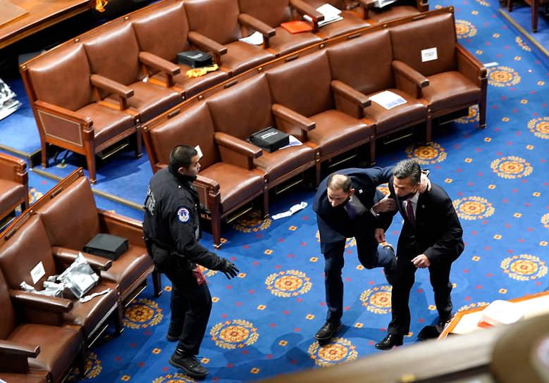 Члены Конгресса США бегут в укрытие