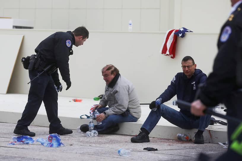 В результате столкновений пострадало несколько человек