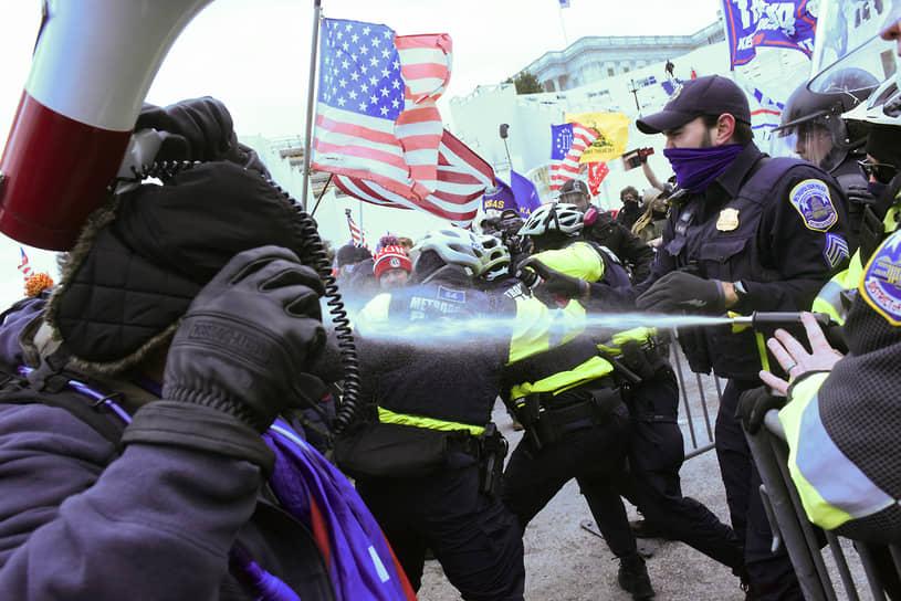 Для разгона протестующих полиция использовала слезоточивый газ и оружие нелетального действия