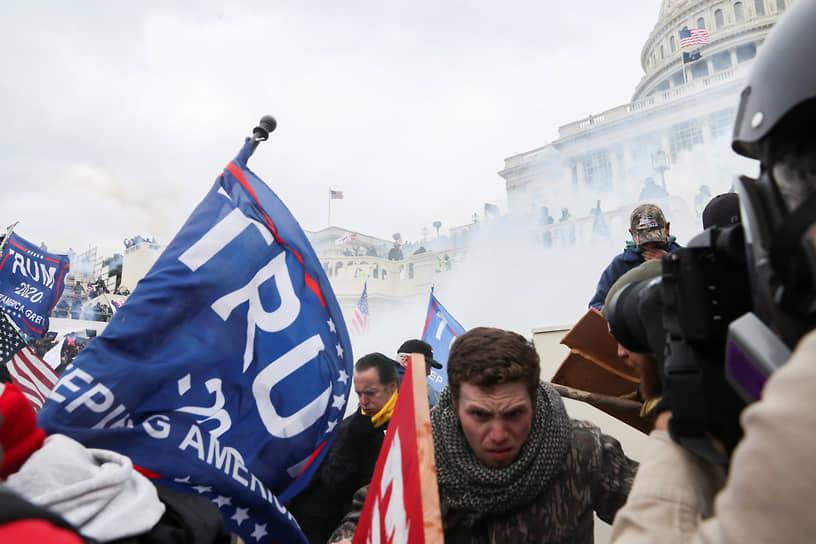 Разгон митинга сторонников Дональда Трампа у здания Капитолия