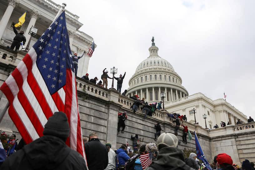 Штурм здания Капитолия протестующими