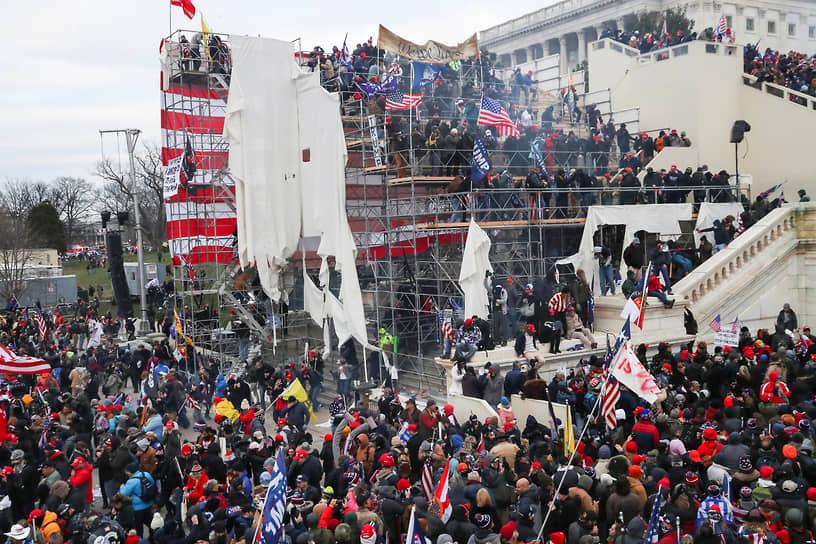 В здание Капитолия прибыл спецназ ФБР. Полиция оттеснила протестующих со ступеней здания