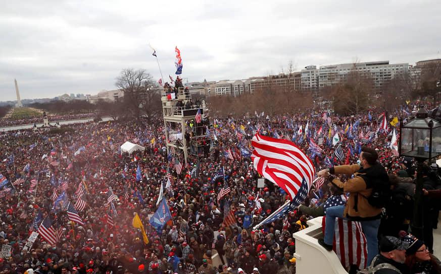 Более 300 человек обвиняются в штурме Капитолия