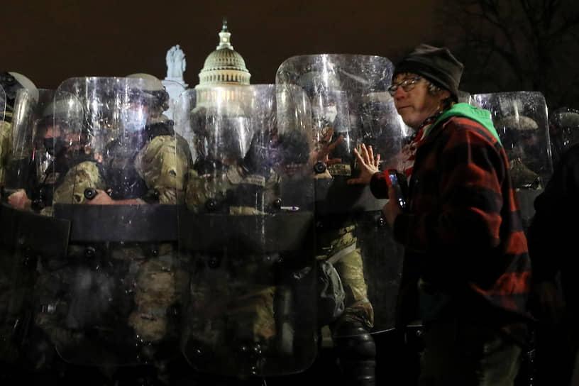 Противостояние сотрудников правоохранительных органов во время протестов в Вашингтоне против подтверждения результатов президентских выборов